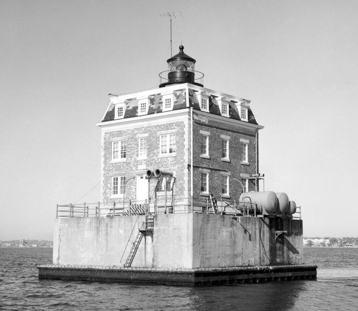 New London Ledge Lighthouse, Connecticut at Lighthousefriends.com